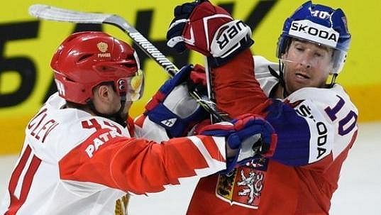 Kapitán českého týmu Roman Červenka (vpravo) v souboji s Jegorem Jakovlevem z Ruska.