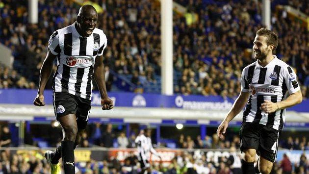 Útočník Newcastlu United Dembe Ba se raduje ze vstřelení gólu do sítě Evertonu.