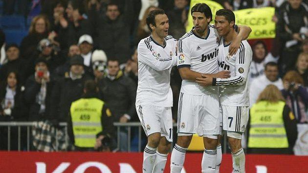 Fotbalisté Realu Madrid Cristiano Ronaldo, Sami Khedira a Ricardo Carvalho oslavují gól v poháru.