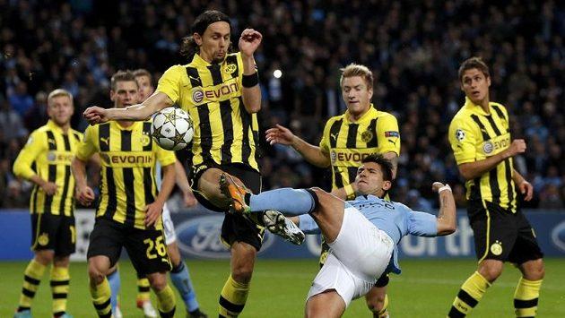 Sergio Agüero (vpravo) střílí do ruky Nevena Subotiče z Borussie Dortmund.