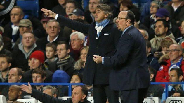 Španěl Rafael Benítez (v popředí) vedl poprvé fotbalisty Chelsea. Za ním kouč Manchesteru City Roberto Mancini.