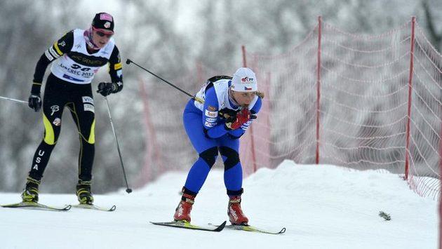 Na pravé noze klasická lyže, na levé bruslařská. Karolína Grohová absolvovala polovinu skitalonu na MSJ kuriózním způsobem.