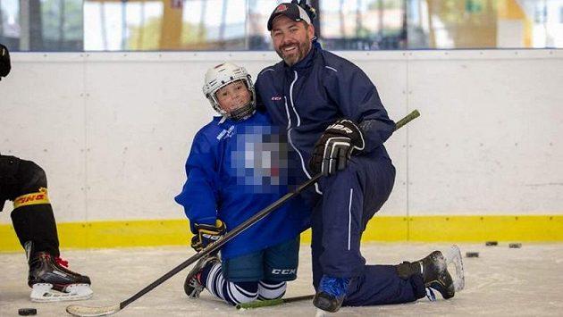 Devítiletý hokejista Filip se svým otcem na snímku z rodinného archivu.
