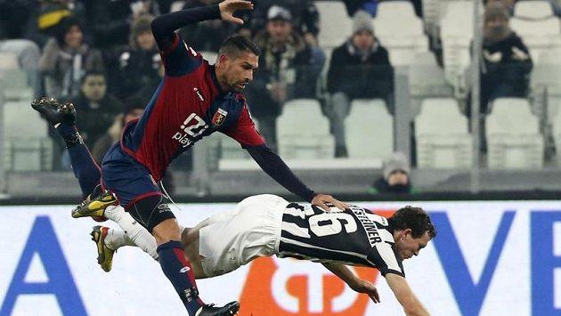Stephan Lichtsteiner z Juventusu (vpravo) padá po souboji s Markem Borriellem z Janova.