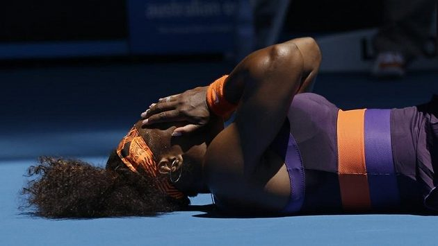 Americká tenistka Serena Williamsová si v zápase prvního kola Australian Open proti Rumunce Edině Gallovicové-Hallové poranila kotník.