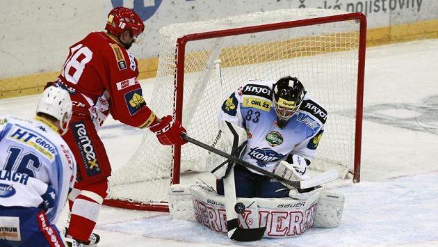 Jaroslav Kalla (v červeném dresu Slavie) ohrožuje brněnského gólmana Martina Faltera.