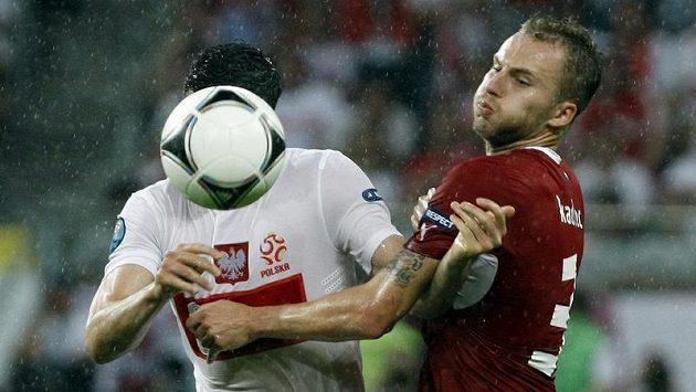 Polák Lewandowski si kryje míč před Michalem Kadlecem.
