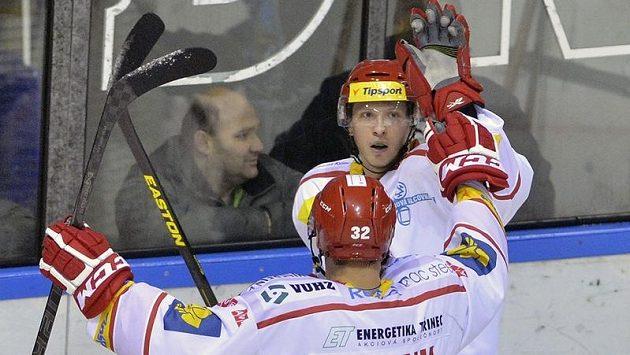 Jakub Orsava (zády) a střelec Daniel Rákos z Třince se radují z gólu.