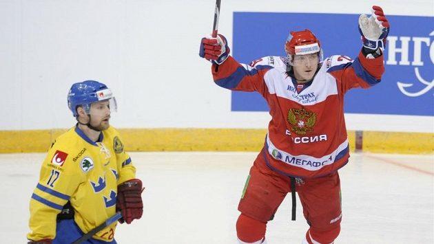 Jegor Averin z Ruska (vpravo) se raduje z branky proti Švédsku. Vlevo Fredrik Pettersson.