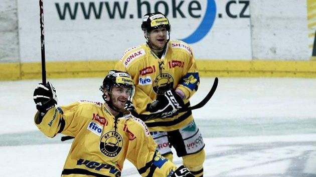 Viktor Hübl (vlevo) se raduje z gólu Litvínova - ilustrační foto.