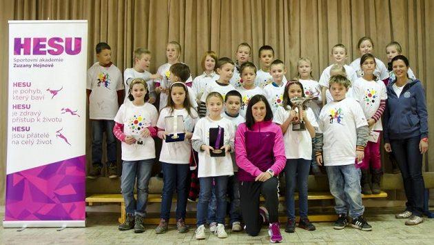 Zuzana Hejnová a chumel dětí při sportovním setkání.