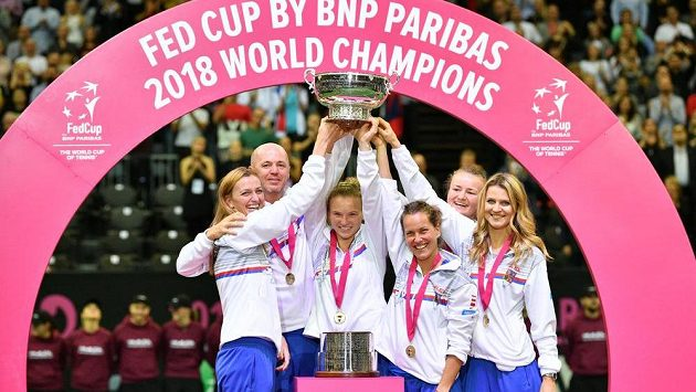 Český tým (zleva) Petra Kvitová, kapitán Petr Pála, Kateřina Siniaková, Barbora Strýcová, Barbora Krejčíková a Lucie Šafářová slaví další triumf ve Fed Cupu.