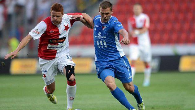 Záložník Slavie Praha Marcel Gecov (vlevo) a Lukáš Droppa z Baníku Ostrava během utkání 1. kola Gambrinus ligy v Edenu.