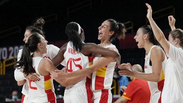 Radost basketbalistek Španělska z výhry nad Srbskem na olympiádě v Tokiu.