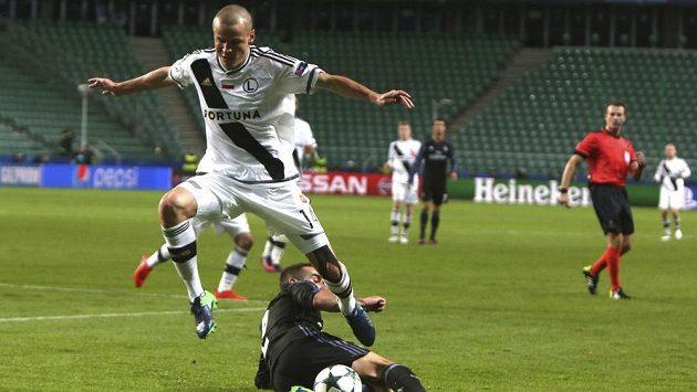 Dani Carvajal (dole) z Realu Madrid v souboji s obráncem Legie Adamem Hlouškem v zápase Ligy mistrů.