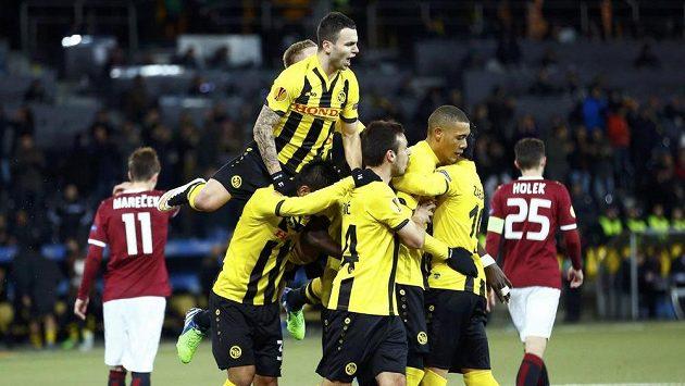 Fotbalisté Bernu se radují z branky, kterou vstřelili z pokutového kopu do sítě Sparty.