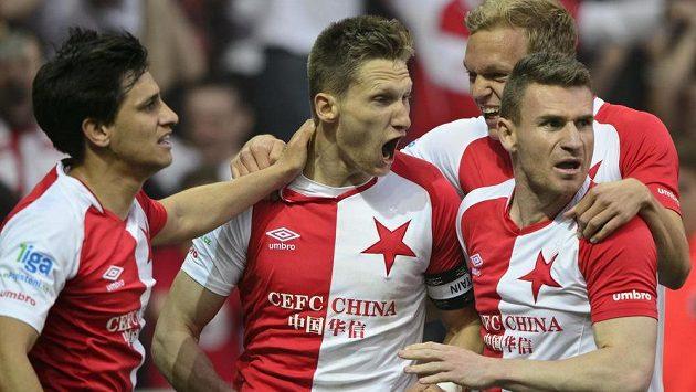 Milan Škoda ze Slavie (uprostřed) se raduje z vyrovnávacího gólu.