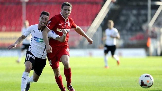 Plzeňský záložník Milan Petržela (vlevo) se snaží předběhnout obránce Zbrojovky Aleše Schustera.