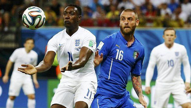 Danny Welbeck v dresu Anglie (vlevo) bojuje o míč s Italem Danielem De Rossim.