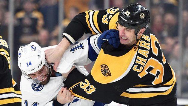 Zdeno Chára z Bostonu (vpravo) při rvačce s Patem Maroonem v dresu Tampy Bay v zápase NHL.
