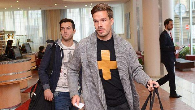 Filip Novák (vpravo) a Martin Pospíšil přicházejí do hotelu na sraz fotbalové reprezentace.
