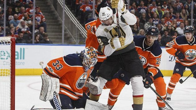 Český hokejista Tomáš Nosek (92) z Vegas Knights se prodírá před gólmana Edmontonu Oilers Cama Talbota (33).