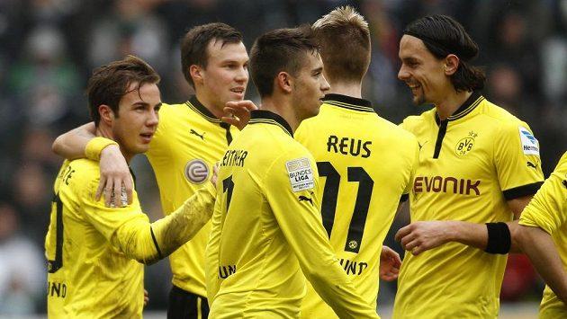 Fotbalisté Borussie Dortmund se radují z gólu proti Mönchengladbachu.