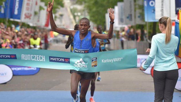 Wilfred Kimitei z Keni vítězí v karlovarském půlmaratónu.