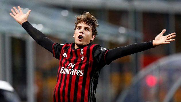 Manuel Locatelli z AC Milán se raduje z gólu, který vstřelil Juventusu.