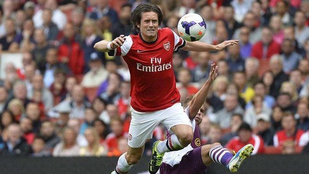 Záložník Arsenalu Londýn Tomáš Rosický (vlevo) se snaží přejít přes Andrease Weimanna z Aston Villy.