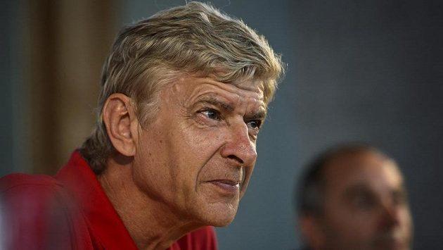 Trenér Kanonýrů Arséne Wenger se pustil do britských novinářů.