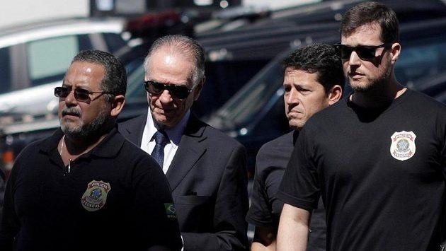 Brazilská policie zatkla předsedu národního olympijského výboru Carlose Arthura Nuzmana a obvinila ho z ovlivnění volby pořadatele loňských olympijských her v Riu de Janeiro.