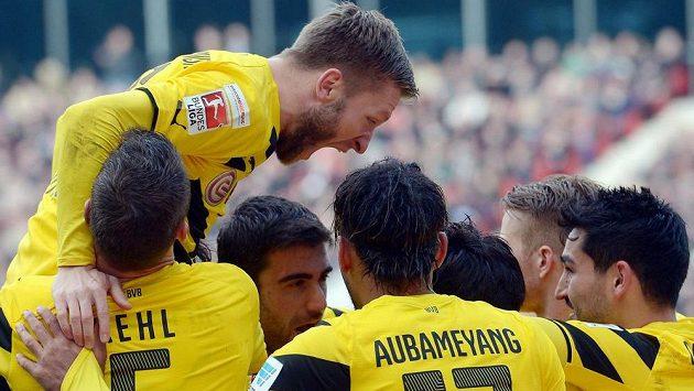 Fotbalisté Dortmindu se radují z vítězství v Hannoveru.