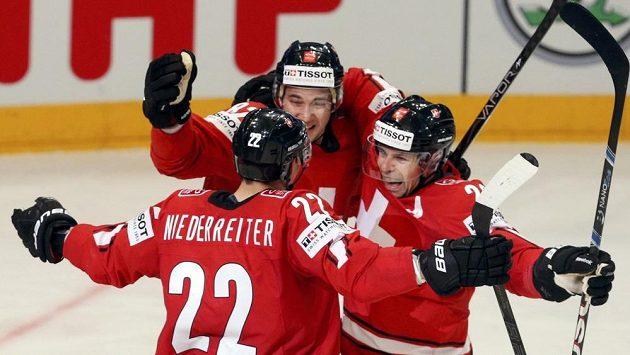 Švýcarský útočník Simon Moser (uprostřed) oslavuje se spoluhráči gól do sítě Česka.