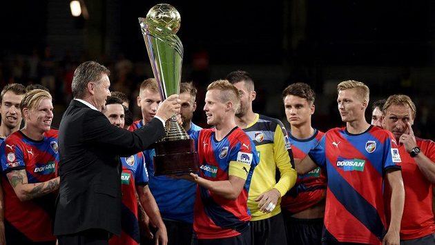 Místopředseda FAČR Roman Berbr předává trofej pro vítěze Superpoháru plzeňskému Davidu Limberskému.