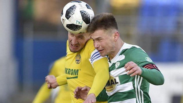 Lukáš Železník ze Zlína a Daniel Krch z Bohemians v ostrém hlavičkovém souboji během utkání nejvyšší soutěže fotbalistů.
