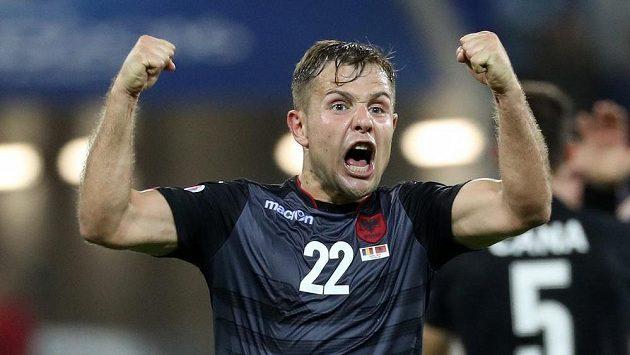 Albánec Amir Abrashi se raduje po vítězství nad Rumunskem.