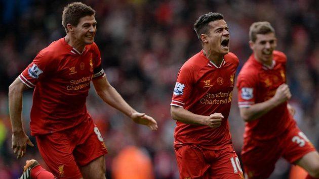 Philippe Coutinho (uprostřed) je v extázi, střelce vítězné branky Liverpoolu v duelu s Manchesterem City nahánějí Steven Gerrard (vlevo) a Jon Flanagan.