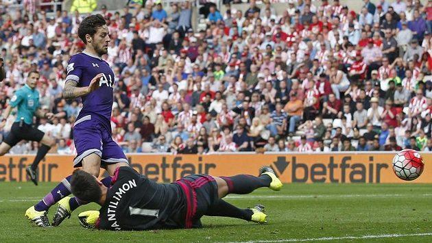 Ryan Mason z Tottenhamu překonal Costela Pantilimona v bráně Sunderlandu.