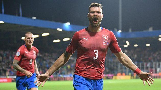 Ondřej Čelůstka jásá poté, co dal gól Kosovu, za ním Zdeněk Ondrášek.