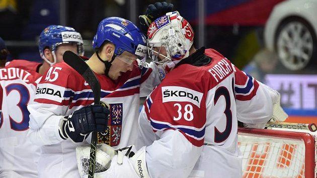 Obránce české hokejové reprezentace Radim Šimek (vlevo) s brankářem Dominikem Furchem.