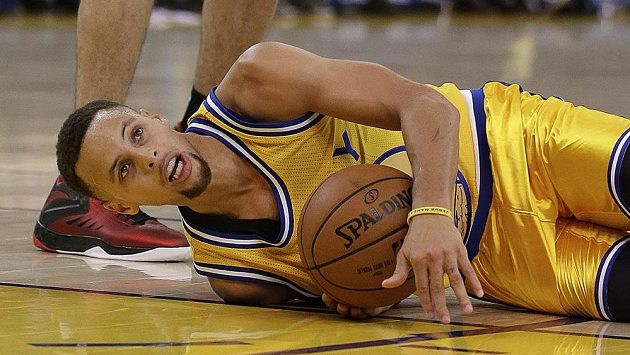 Stephen Curry z Golden State v nezvyklé poloze při utkání s Torontem.