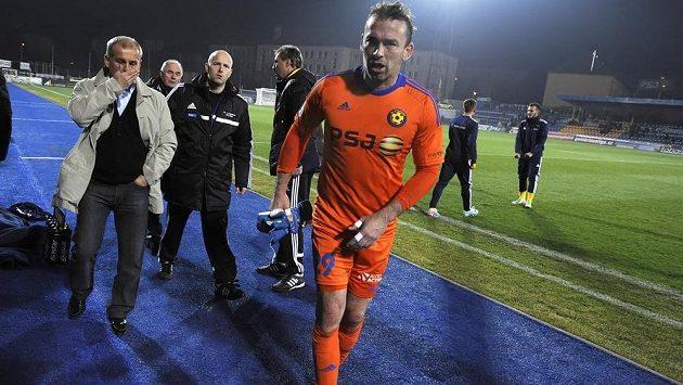 Zraněný brankář Jihlavy Jaromír Blažek odchází ze hřiště v utkání s Teplicemi.