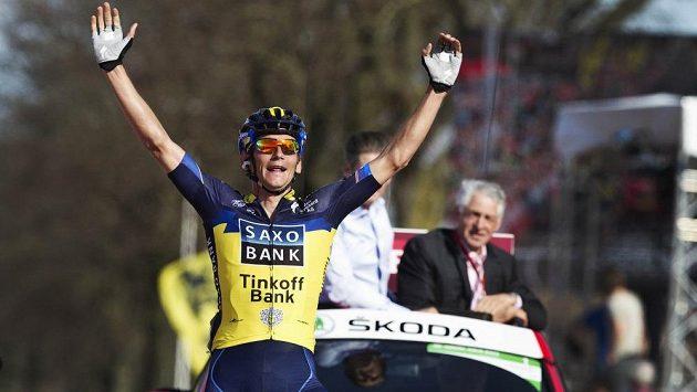 Roman Kreuziger slaví výhru v prestižním závodě Amstel Gold Race.