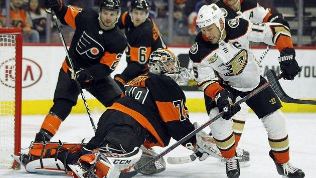 Ryan Getzlaf (vpravo) z Anaheimu a brankář Philadelphie Carter Hart. Ilustrační snímek.