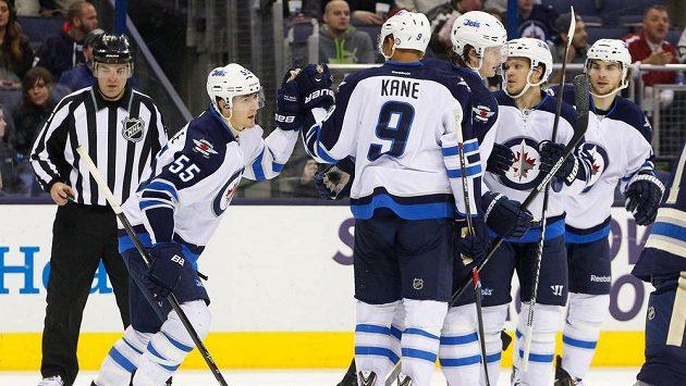 Hokejisté Winnipegu se radují z vítězství na ledě Columbusu. Vpravo je český útočník Michael Frolík.