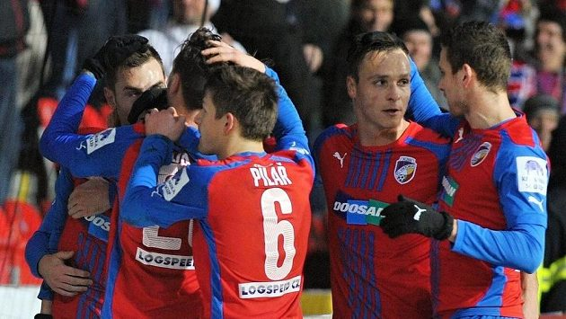 Fotbalisté Plzně se radují z gólu proti Bohemians 1905.