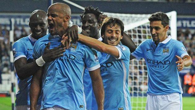 Vincent Kompany (druhý zleva) oslavuje se spoluhráči z Manchesteru City gól proti West Bromwichi.