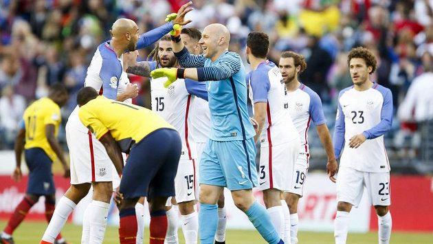 Fotbalisté USA se radují z postupu do semifinále Copa América. Vlevo je obránce John Brooks, vpravo brankář Brad Guzan.