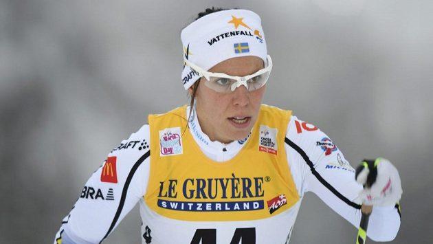 Švédská běžkyně na lyžích Charlotte Kallaová v akci při Světovém poháru v běhu na lyžích ve finské Ruce.